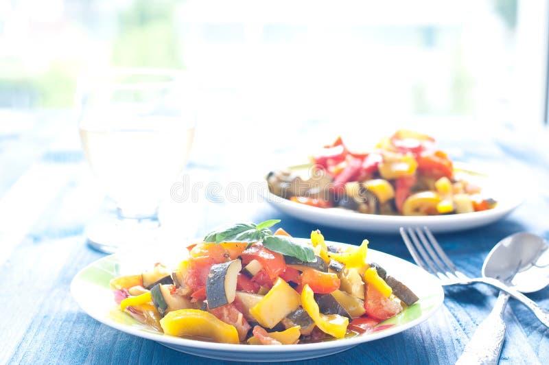 Caponata delizioso, piatto italiano tipico con melanzana, zucch fotografie stock