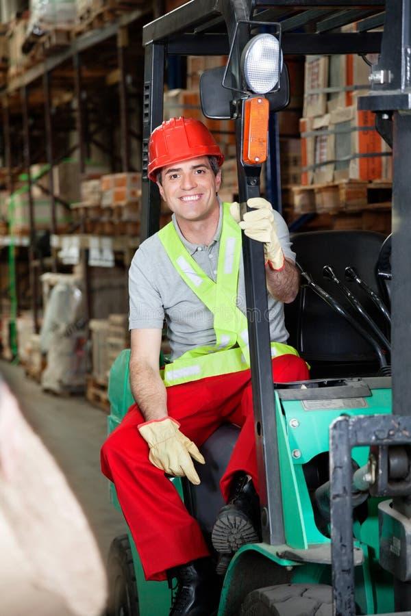 Caporeparto Sitting In Forklift al magazzino immagine stock libera da diritti
