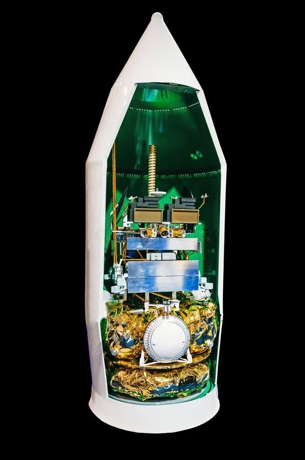 Capot de carénage principal d'une fusée d'un vaisseau spatial avec un satellite à bord dans une section, une structure photographie stock libre de droits
