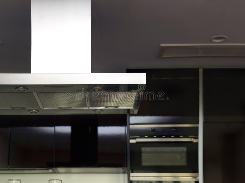 Capot de cuiseur dans une cuisine moderne photos stock
