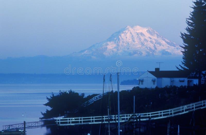 Capot Snow-capped de Mt Plus pluvieux, de Seattle, WA photographie stock libre de droits