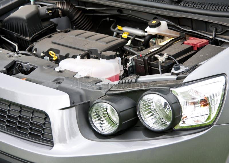 Capota e motor, bateria de armazenamento de um carro fotos de stock royalty free