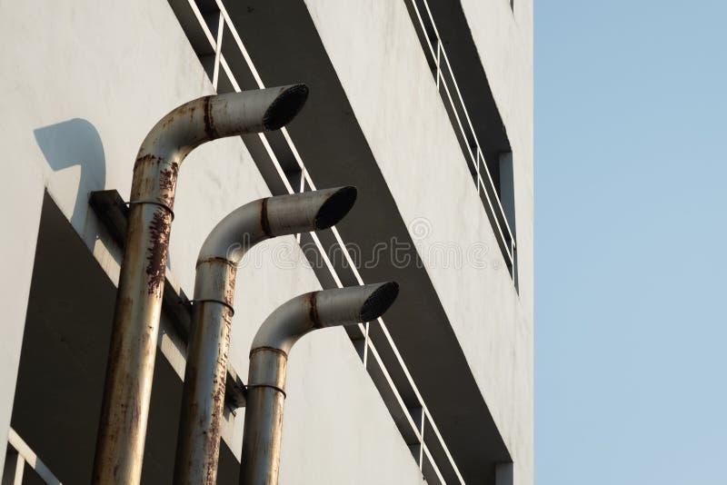 Capots de ventilation à l'extérieur de du bâtiment images libres de droits