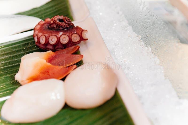 Cappa americana dello stimpson del polipo Tako e di Hokkigai su ghiaccio per il giapponese fotografia stock