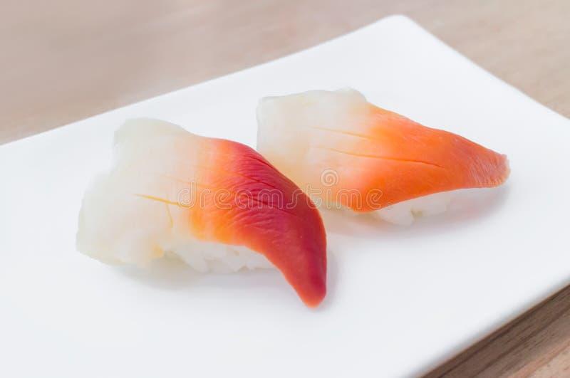 Cappa americana o sushi di hokkigai sul piatto bianco fotografia stock