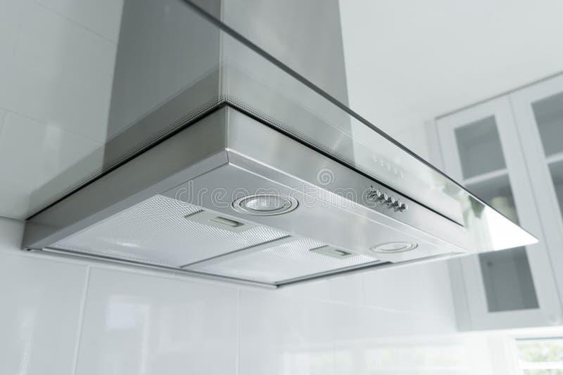 Cappa da cucina del metallo in cucina di lusso fotografia stock libera da diritti