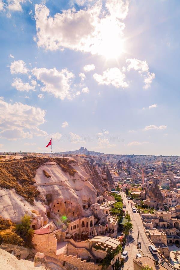 Cappadocia är det härliga stället i Turkiet, med många hus, hotell, och museer i vaggar och kullar royaltyfri bild