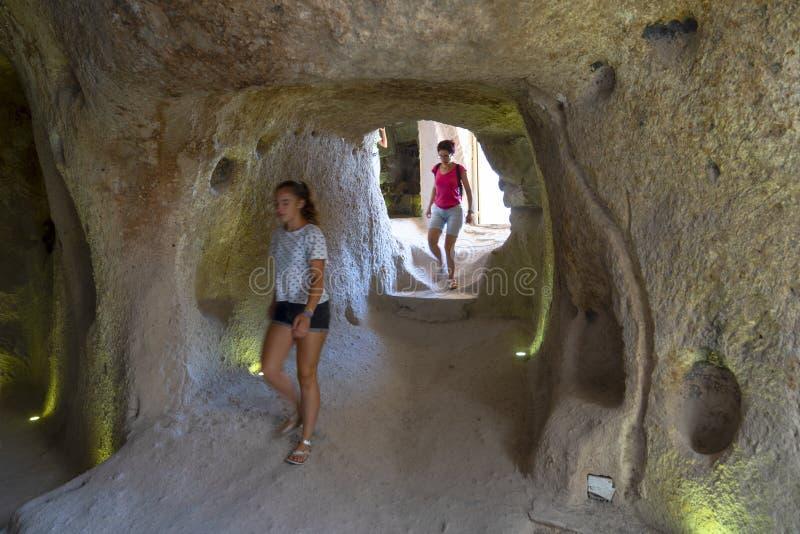 Cappadocia/Τουρκία - 7 Ιουλίου 2019: Τουρίστες που επισκέπτονται τις σπηλιές Uchisar Εσωτερικό στο κάστρο Uchisar Επίδραση κινήσε στοκ εικόνες