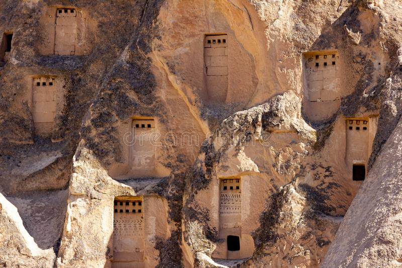 Cappadocia, Τουρκία, στις 13 Σεπτεμβρίου 2018: Τουρίστες που εξετάζουν την αρχαία εκκλησία, το μεγαλύτερο μοναστήρι βράχος-περικο στοκ εικόνες με δικαίωμα ελεύθερης χρήσης