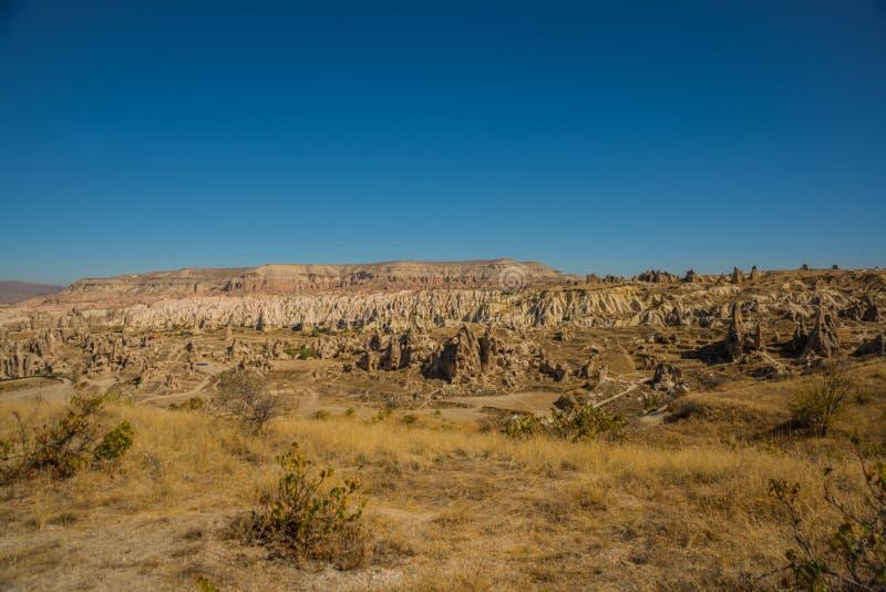 Cappadocia, Anatolia, Turquia: Panorama da montanha branca com as rochas no vale Monte de Aktepe foto de stock royalty free