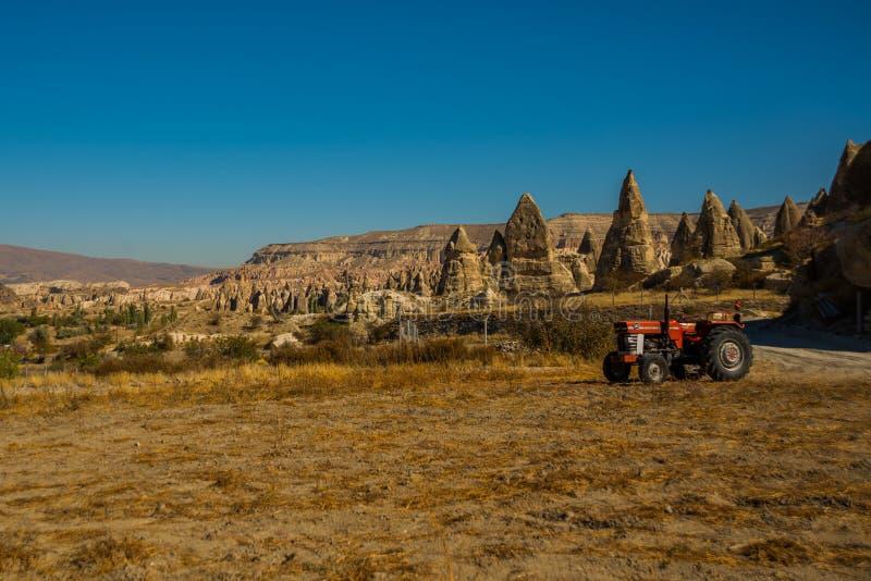Cappadocia, Anatolia, Turquia: Vista bonita do vale com rochas e montanhas - monte de Aktepe trator fotos de stock royalty free