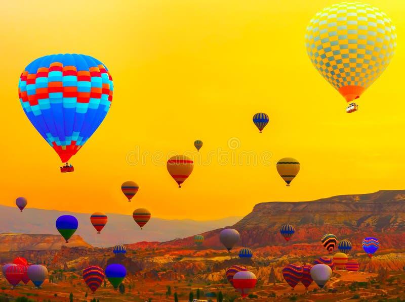 Cappadocia - Ballonfahrt Gebirgssonnenaufgang lizenzfreie stockfotografie
