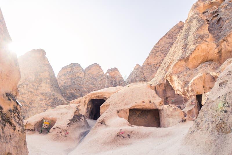 Cappadocia ist schöner Platz in der Türkei, mit vielen Häusern, Hotels und Museen in den Felsen und in den Hügeln lizenzfreie stockfotografie