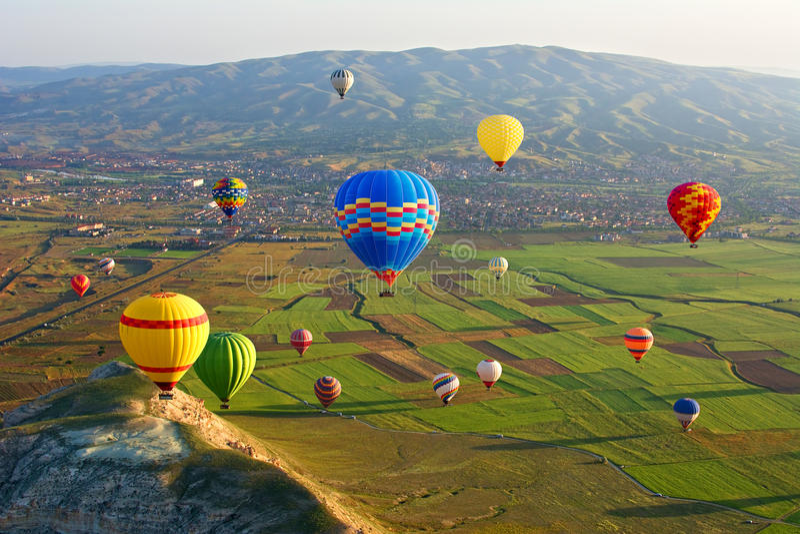 Cappadocia Mongolfiere variopinte che volano, Cappadocia, l'Anatolia, Turchia fotografia stock