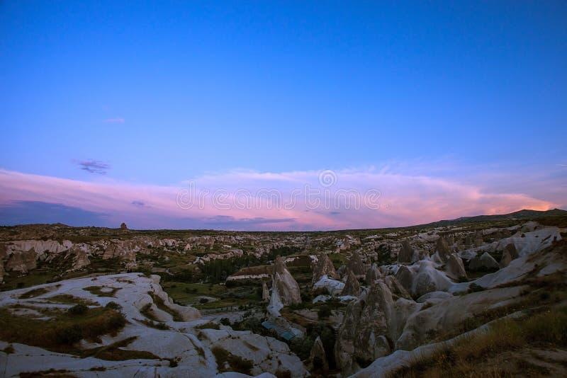 cappadocia Stad i vagga kolonner av att rida ut kanjon Natur kalkon royaltyfria bilder