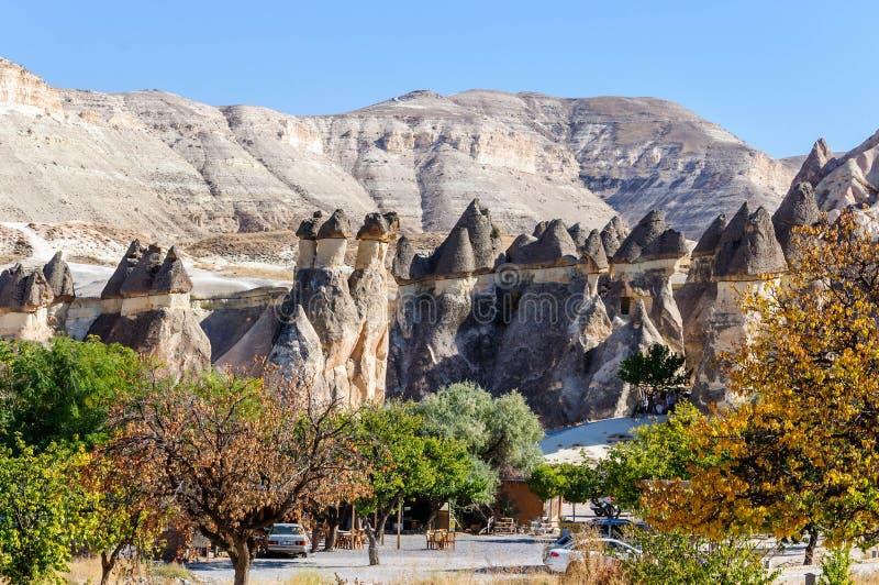 Cappadocia, Turchia Camino leggiadramente Multihead lapida i funghi nella valle dei monaci e della st Simon Church Valle di Pasab fotografia stock libera da diritti