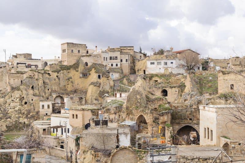 CAPPADOCIA TURKIET - APRIL 8, 2017: Ortahisar slott och gamla grottahus i den forntida staden av Ortahisar cappadocia Stadsmumlen arkivbilder