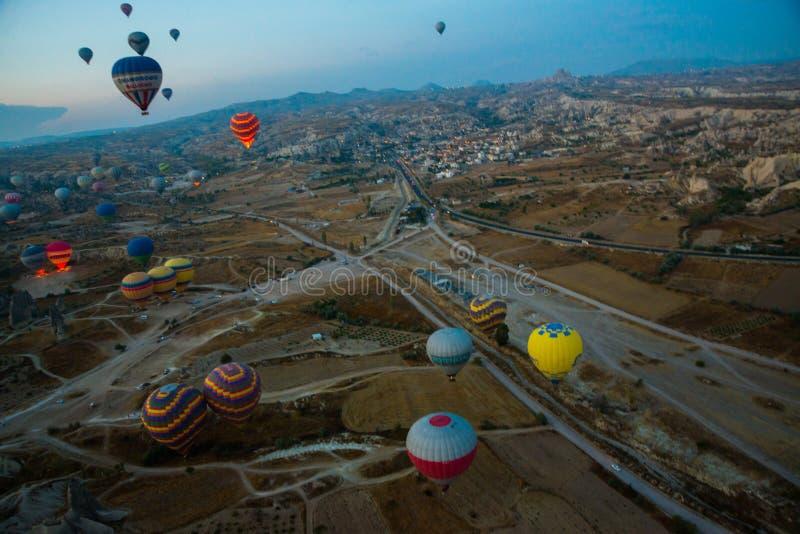 Cappadocia Turkiet: Ballonger för varm luft flyger under soluppgång i den Cappadocia regionen av Turkiet royaltyfria foton
