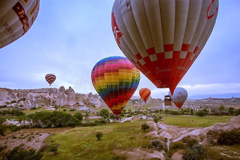 Cappadocia, Turquía - JUNIO 01,2018: Festival de globos Vuelo en un globo colorido entre Europa y Asia Cumplimiento del desi fotos de archivo
