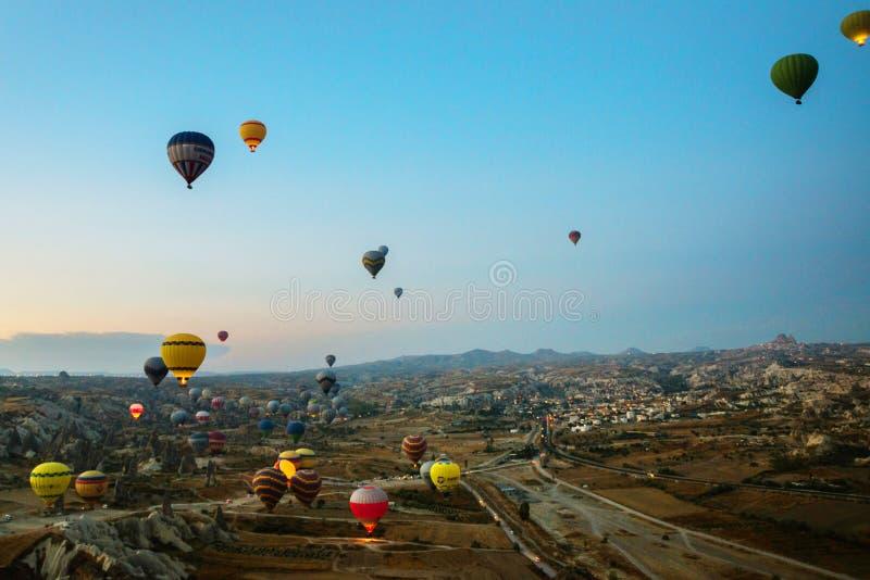 Cappadocia, Turquia: Balão contra o céu azul em voo, divertimento colorido que mante distraído o formulário do transporte, voo no foto de stock royalty free