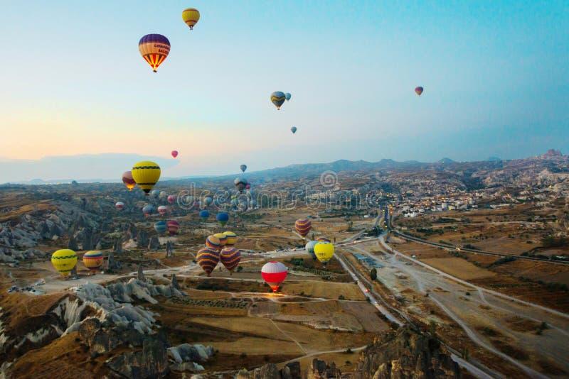 Cappadocia, Turquia: Balão contra o céu azul em voo, divertimento colorido que mante distraído o formulário do transporte, voo no fotos de stock