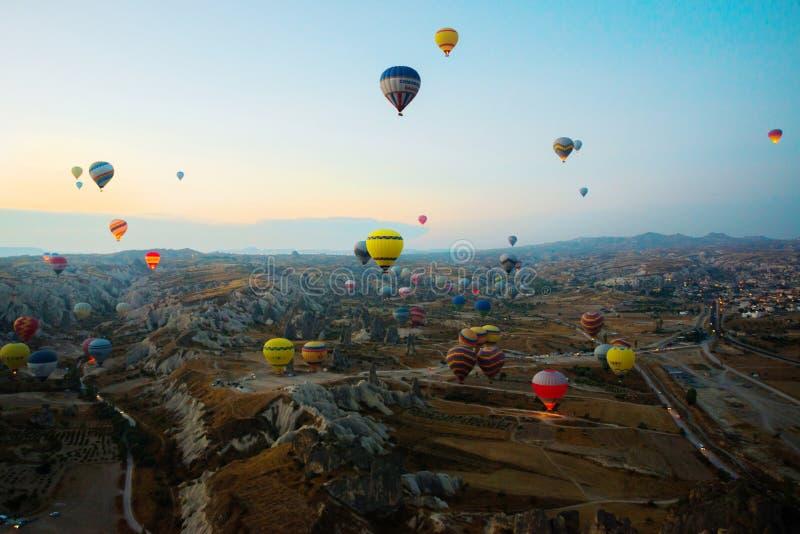 Cappadocia, Turquia: Balão contra o céu azul em voo, divertimento colorido que mante distraído o formulário do transporte, voo no imagem de stock