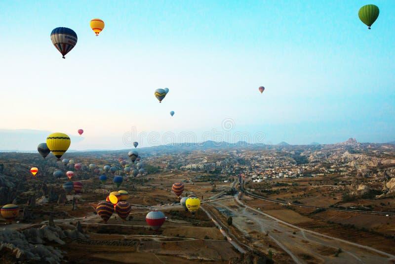 Cappadocia, Turquia: Balão contra o céu azul em voo, divertimento colorido que mante distraído o formulário do transporte, voo no fotos de stock royalty free