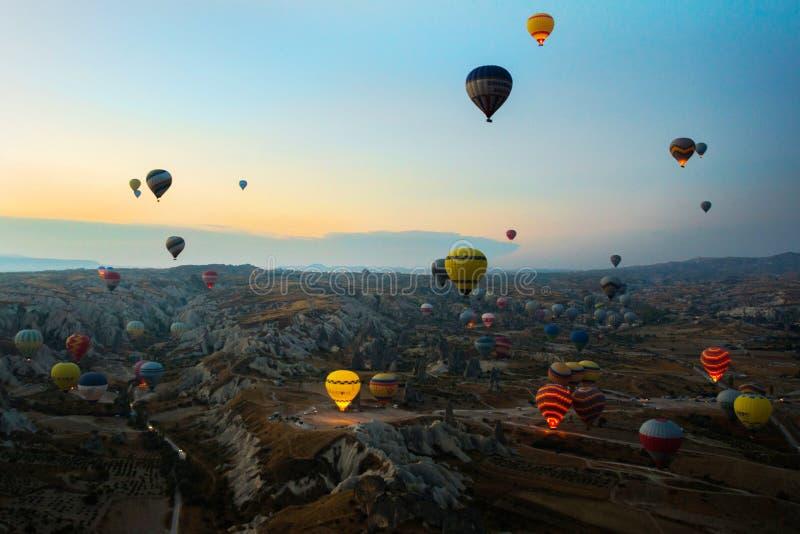 Cappadocia, Turquia: Balão contra o céu azul em voo, divertimento colorido que mante distraído o formulário do transporte, voo no imagens de stock