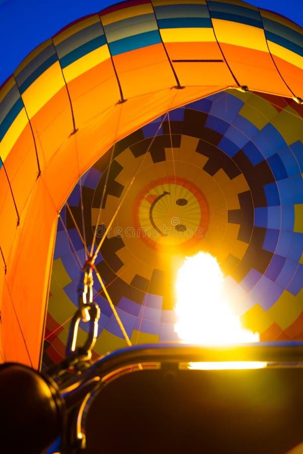 Cappadocia, Turquia: Inflação do balão de ar quente Ideia inferior do balão do fogo foto de stock royalty free