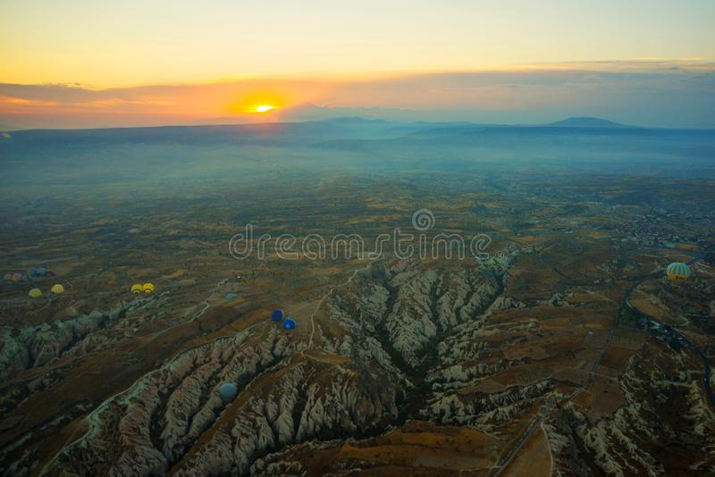 Cappadocia, Turquia: Vista superior cedo na manhã do balão, paisagem enevoada com névoa com montanhas fotografia de stock royalty free