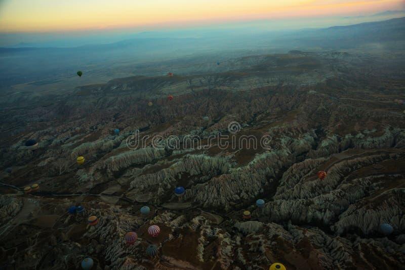 Cappadocia, Turquia: Vista superior cedo na manhã do balão, paisagem enevoada com névoa com montanhas imagens de stock