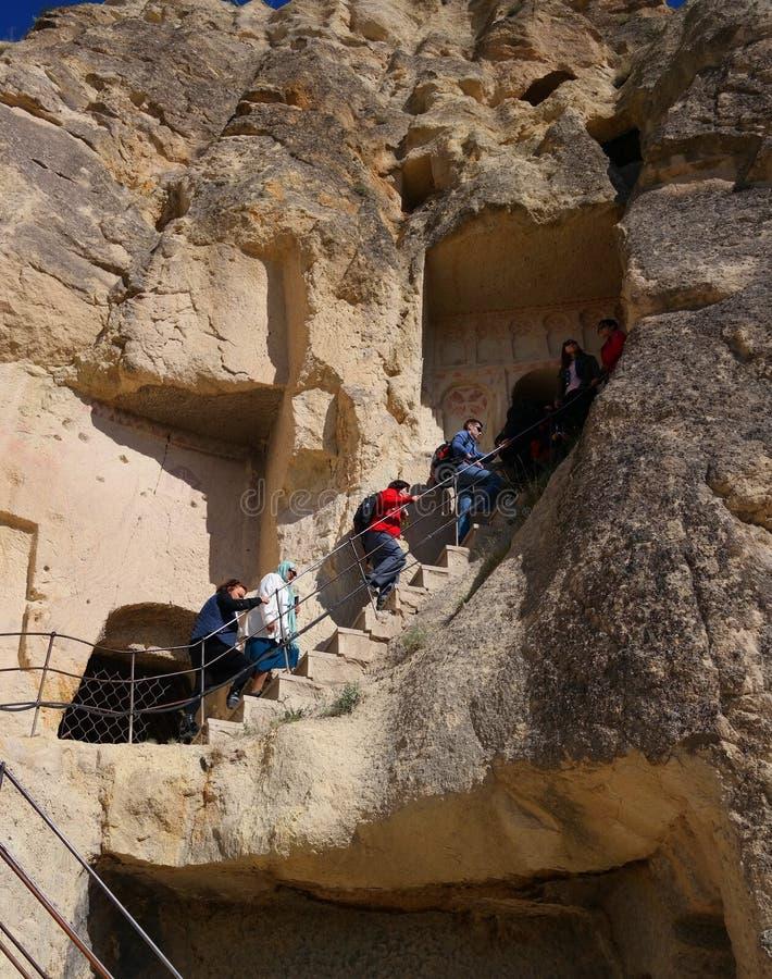 Cappadocia, Turquie - 29 avril 2014 : Montée de touristes à l'église de caverne photo libre de droits