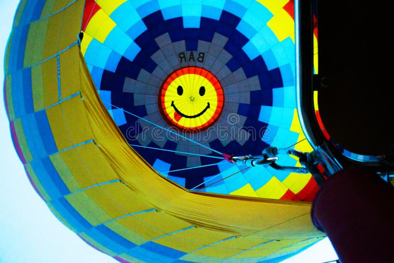 Cappadocia, Turquie : Inflation de ballon à air chaud Vue de ballon de l'intérieur du ballon du panier photos stock