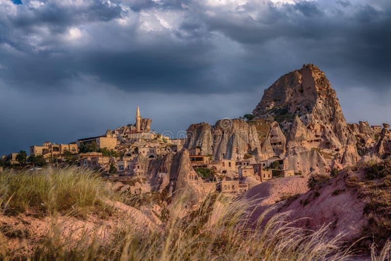 Cappadocia Vista del castello della roccia della città di Uchisar attraverso la valle di Guyerchinlik durante il temporale immagine stock