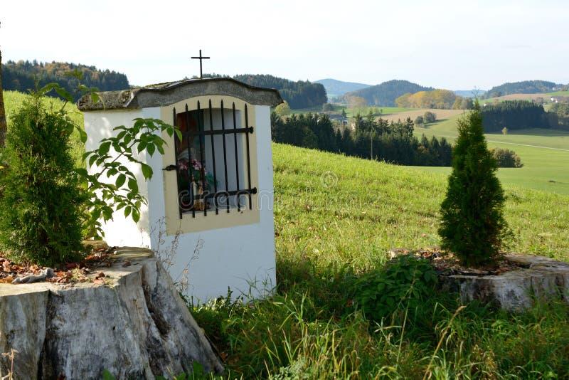 Cappella del percorso nel chiaro paesaggio immagine stock