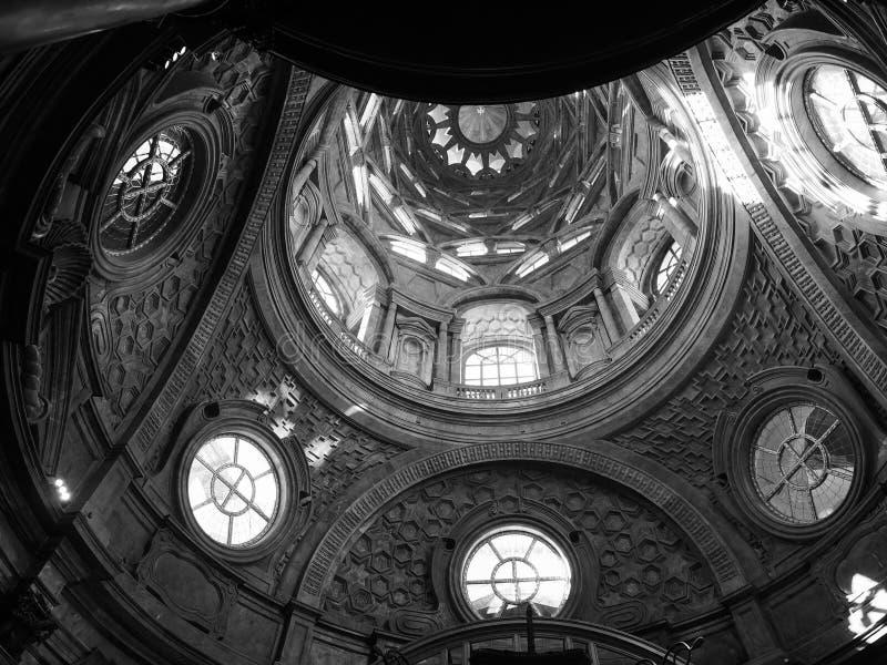Cappella dellaSindone kupol i Turin i svartvitt royaltyfri fotografi