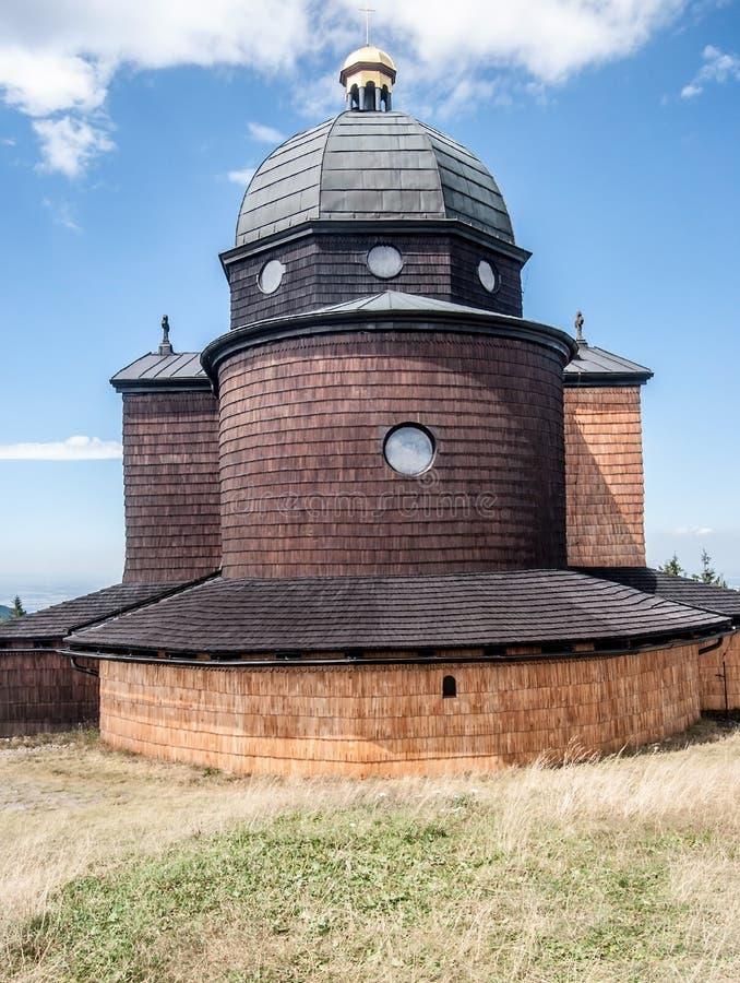 Cappella dello SV Cyril un Metodej sulla collina di Radhost in montagne di Moravskoslezske Beskydy in repubblica Ceca fotografie stock