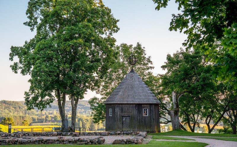 Cappella di legno sul monticello di Kernave fotografia stock libera da diritti