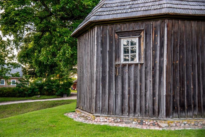 Cappella di legno sul monticello di Kernave fotografia stock