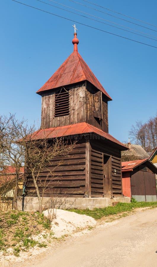 Cappella di legno sullo stabilimento di Kycera sopra la città di Cadca in montagne di Javorniky in Slovacchia immagini stock