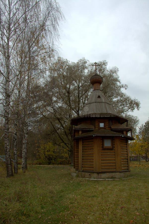 Cappella di legno in villaggio fotografia stock libera da diritti