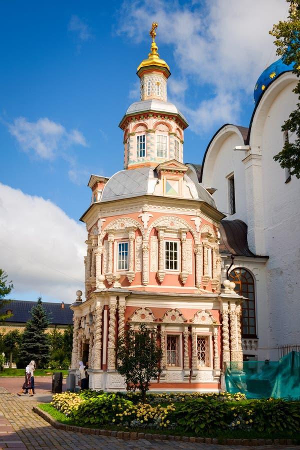 Cappella di Nadkladeznaya alla st Sergius Lavra della trinità santa fotografia stock
