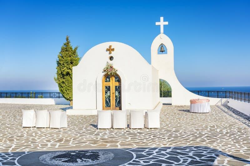 Cappella di nozze con la vista del mare sulla collina vicino a Faliraki Rodi, fotografia stock