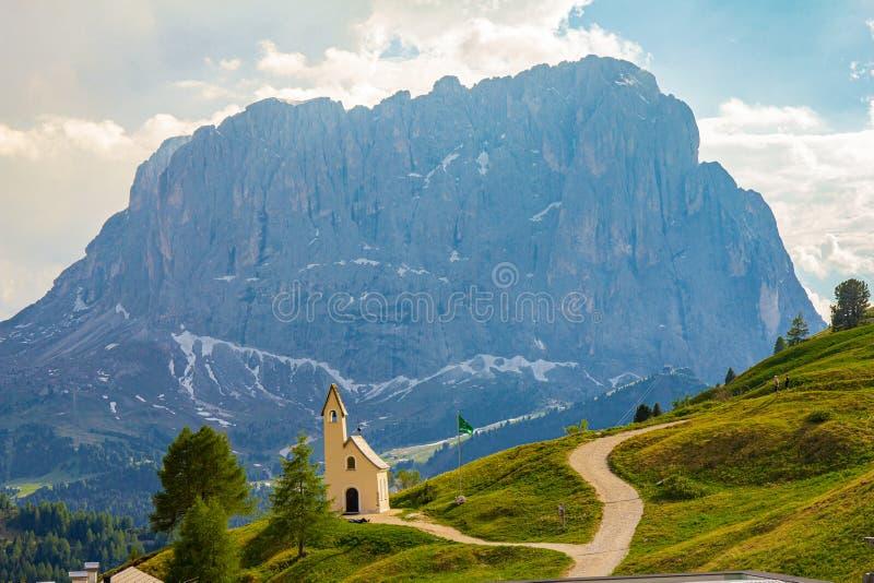 Cappella di San Maurizio sui Di Val Gardena di passo con il Mountain View nel fondo Vista variopinta nel passaggio Sella nel gior fotografia stock libera da diritti