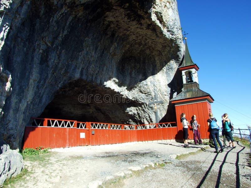 Cappella di St Michael o della st Michaels Kapelle di Wildkirchli oder nella catena montuosa di Alpstein e nella regione di Appen fotografie stock