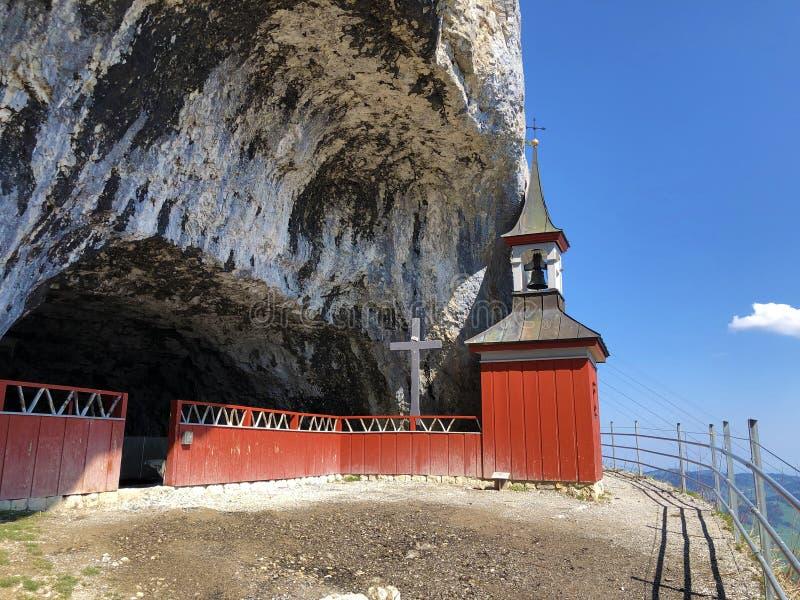 Cappella di St Michael o della st Michaels Kapelle di Wildkirchli oder nella catena montuosa di Alpstein e nella regione di Appen fotografia stock