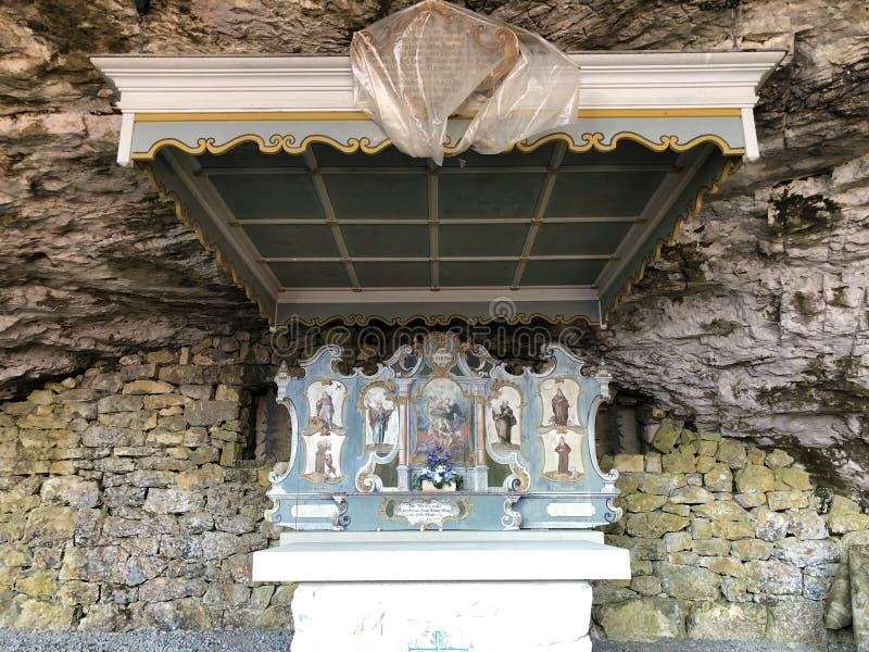 Cappella di St Michael o della st Michaels Kapelle di Wildkirchli oder nella catena montuosa di Alpstein e nella regione di Appen fotografia stock libera da diritti