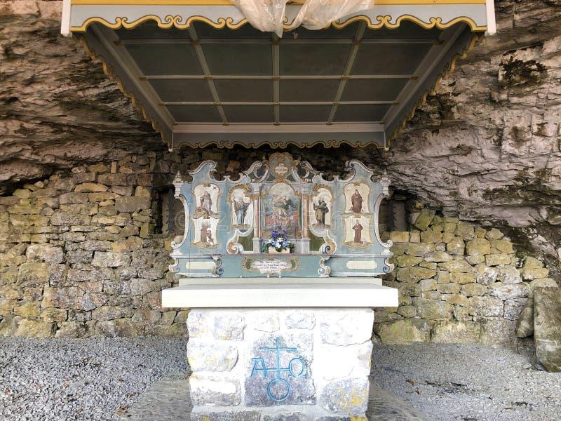 Cappella di St Michael o della st Michaels Kapelle di Wildkirchli oder nella catena montuosa di Alpstein e nella regione di Appen immagine stock libera da diritti
