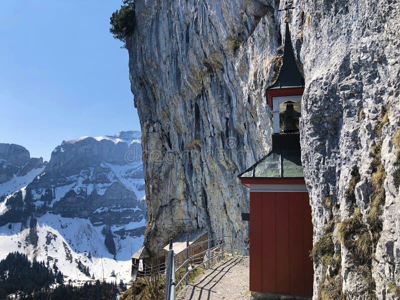 Cappella di St Michael o della st Michaels Kapelle di Wildkirchli oder nella catena montuosa di Alpstein e nella regione di Appen immagine stock