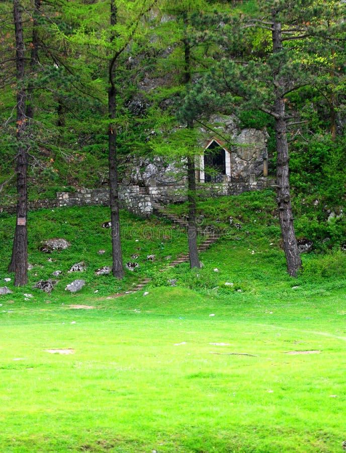 Cappella in foresta fotografia stock